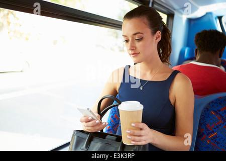 L'envoi de message texte sur man Bus Banque D'Images
