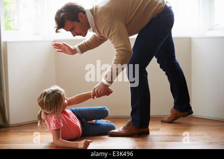Père de frapper les jeunes fille Banque D'Images