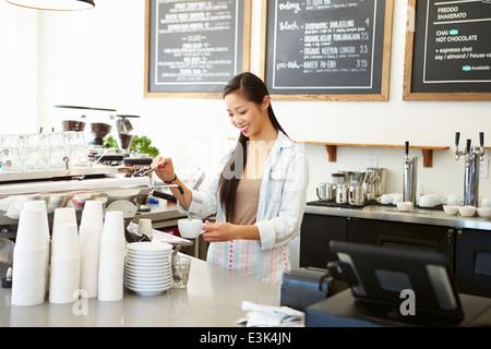 Femme propriétaire de Coffee Shop Banque D'Images