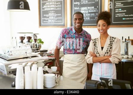 Le personnel masculin et féminin dans la région de Coffee Shop Banque D'Images