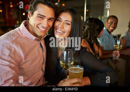 Couple verre au bar avec des amis Banque D'Images