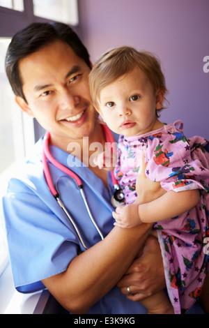 Jeune fille étant détenu par homme infirmière pédiatrique