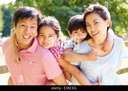 Portrait of Asian Family Enjoying Campagne en été Banque D'Images