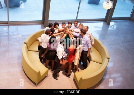 Businesspeople donnant à chaque autres cinq In Office Lobby Banque D'Images