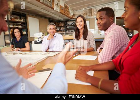 Six Architectes assis autour de la table de réunion ayant Banque D'Images
