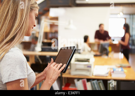Businesswoman Using Digital Tablet in Modern Office Banque D'Images