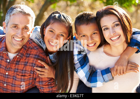Portrait of Hispanic Family in Countryside Banque D'Images
