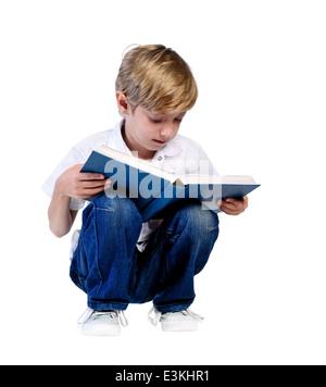 Jeune garçon isolé de la lecture du livre Banque D'Images