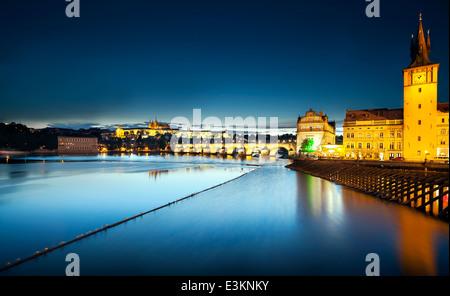 La nuit, le Pont Charles, Prague, République Tchèque Banque D'Images