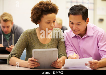 High School Student and Teacher Using Digital Tablet Banque D'Images
