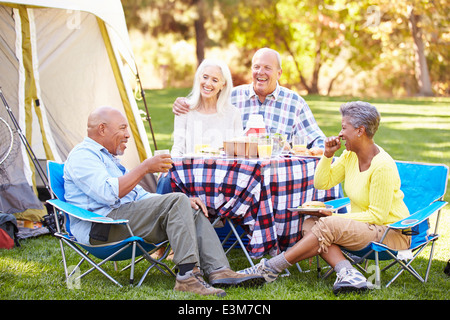 Deux hauts des Couples Enjoying Camping Holiday In Countryside Banque D'Images