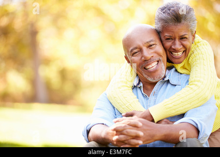 Senior Couple Relaxing In Paysage d'automne Banque D'Images