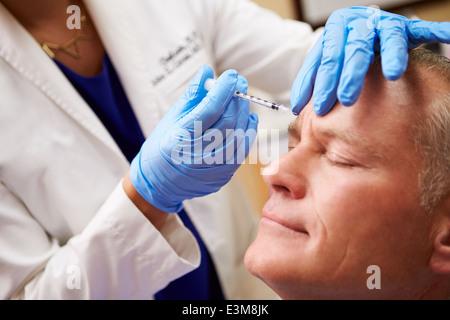 L'homme ayant un traitement au Botox Beauty Clinic