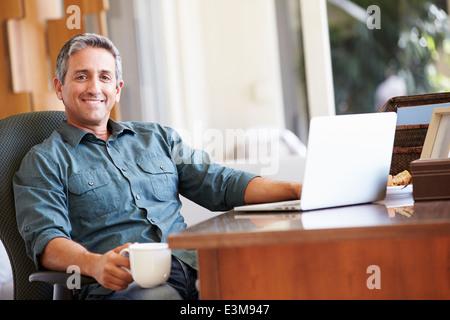 Young Hispanic Man 24 à la maison Banque D'Images