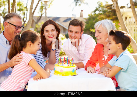 Multi-Generation Family Celebrating Birthday In Garden Banque D'Images