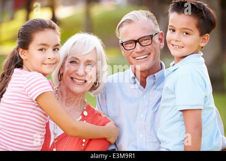 Portrait en extérieur des grands-parents avec leurs petits-enfants dans le parc