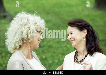 Happy senior woman conversing in park Banque D'Images