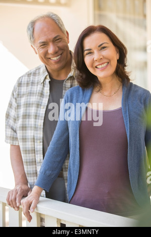 Portrait of smiling couple on porch Banque D'Images
