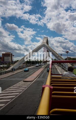 Billet d'autobus à travers la circonscription Puente de la Barqueta à Séville, Espagne. Banque D'Images