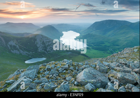 Tarn Bleaberry Crummock Water et au coucher du soleil, vue de High Stile au-dessus de la Lande, Lake District, UK Banque D'Images