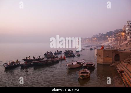 Bateaux de touristes au beau lever tôt le matin sur les ghats le long du Gange à Varanasi, Inde.