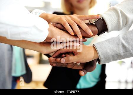 Joindre les mains des gens d'affaires Banque D'Images