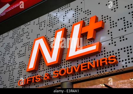 NL+ Cadeaux et souvenirs shop à l'aéroport de Schiphol Banque D'Images