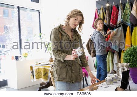 Couple looking at home decor boutique en Banque D'Images