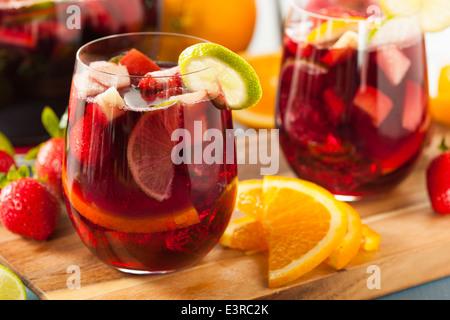 La sangria rouge délicieux faits maison avec les limes les oranges et les pommes