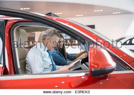 Père et fille à l'intérieur de voiture à electronics store Banque D'Images