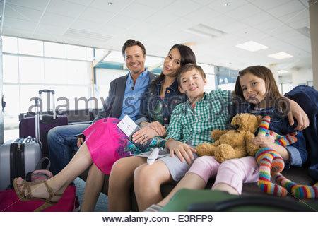 Portrait de famille en attente dans l'aéroport Banque D'Images