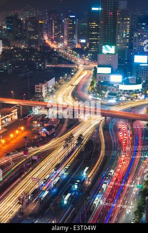Le trafic de nuit brouille passé Seoul Station à Séoul, Corée du Sud. Banque D'Images
