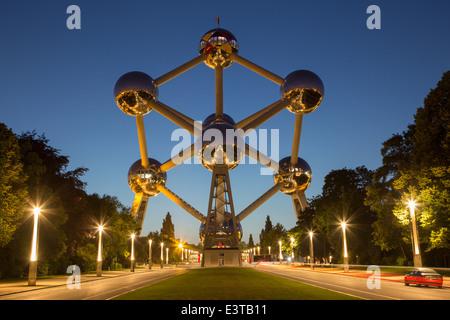 Bruxelles, Belgique - 16 juin 2014: Atomium au crépuscule. Bâtiment moderne a été construit pour l'Expo '58