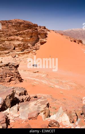 La Jordanie, Wadi Rum, touristiques sur safari 4x4 entre les dunes de sable rouge Banque D'Images