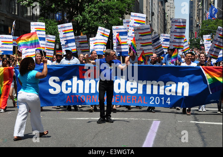 New York : New York State Attorney General Eric Schneiderman marcher avec ce groupe à la Gay Pride Parade 2014 Banque D'Images