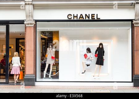 ... la nuit, · Boutique de vêtements de luxe chanel sur Sloane Street,  London, England, UK Banque 55f4f3fa965