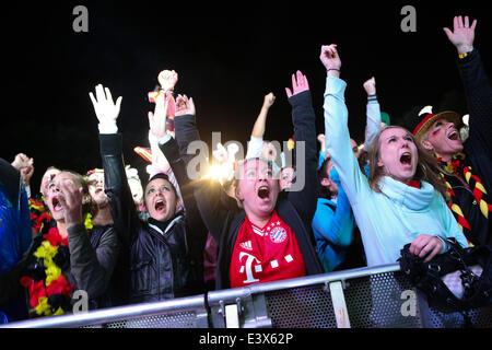 Berlin, Allemagne. 1er juillet 2014. Les fans de football allemand célébrer comme ils regardent la Coupe du Monde Banque D'Images