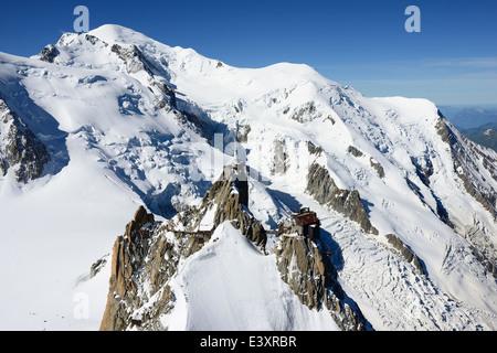 3842m de l'AIGUILLE DU MIDI et MONT-BLANC 4810m (vue aérienne). Chamonix Mont-Blanc, Haute-Savoie, Rhône-Alpes, Banque D'Images