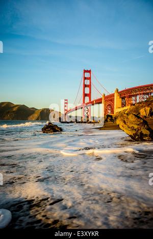 Vue sur le Golden Gate Bridge à partir de la plage, San Francisco, California, United States