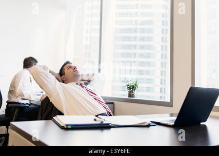 Les avocats d'affaires mâle working in office Banque D'Images