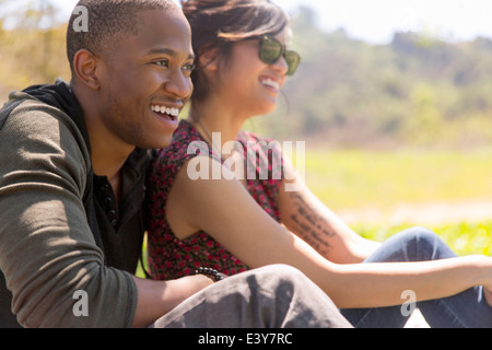 Young couple sitting in rural du soleil Banque D'Images