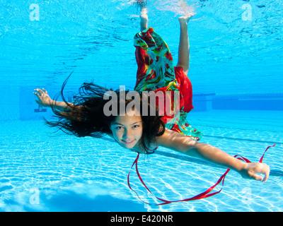 Girl gratuitement sous l'eau plongée en piscine Banque D'Images