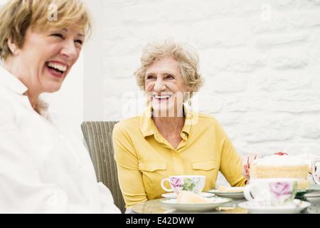 Hauts Femme et fille prenant le thé