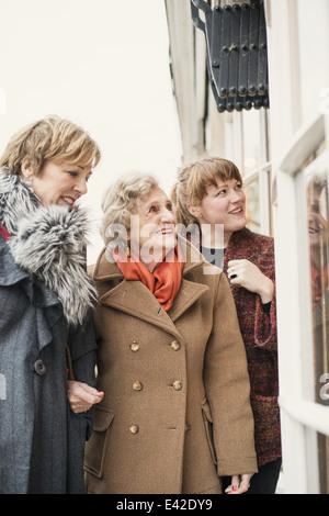 Hauts femme avec fille et sa petite-fille, à la recherche dans la fenêtre Banque D'Images