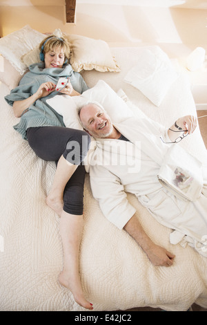 Couple lying on bed relaxing Banque D'Images