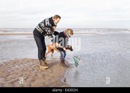 Mid adult man et fils la pêche sur plage, Bloemendaal aan Zee, Pays-Bas Banque D'Images