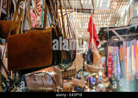 Beaucoup de produits destinés à la vente au souk à Marrakech, Maroc Banque D'Images