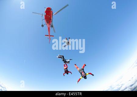 L'équipe de parachutisme en chute libre à partir d'hélicoptères de quatre Banque D'Images