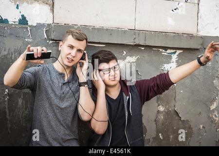 Les adolescents à la musique d'immeuble abandonné Banque D'Images