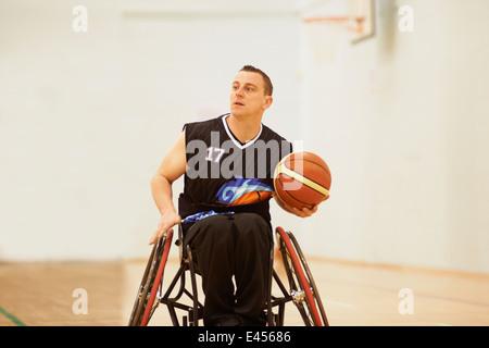Joueur de basket-ball en fauteuil roulant holding ball Banque D'Images